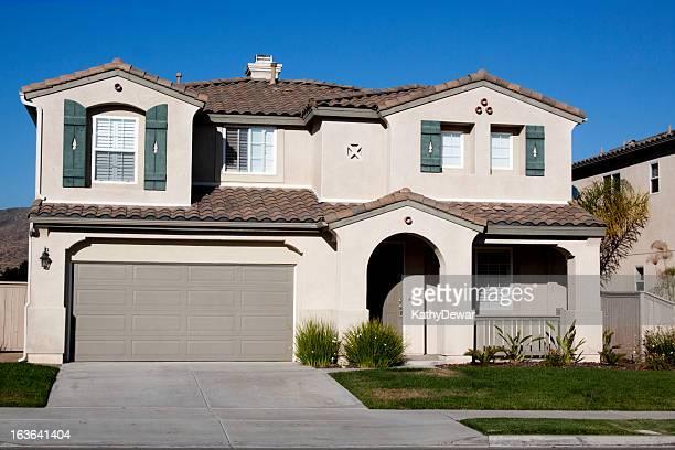 Stuck Hause Außenansicht und blauer Himmel