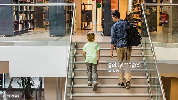 Aluno e professor na biblioteca