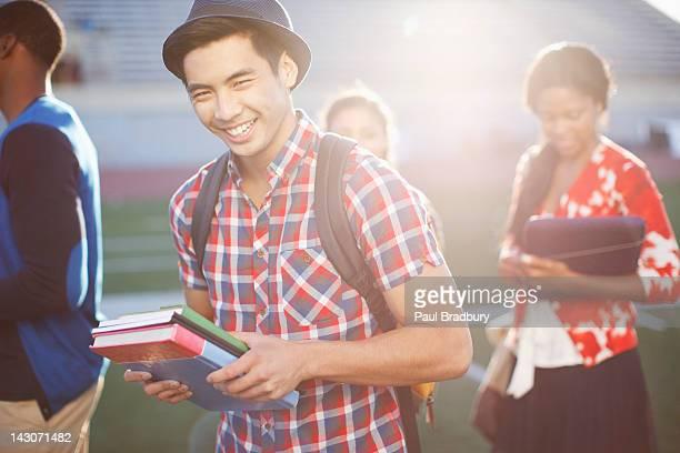 Étudiant transportant des livres en plein air
