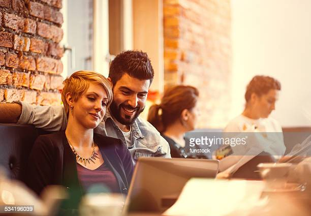 Studente gli amici che studiano all'cafe
