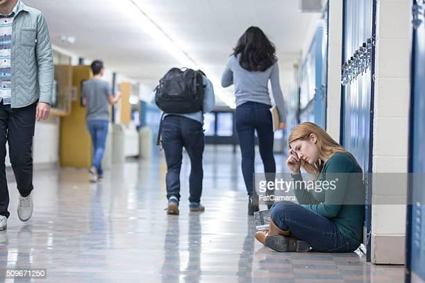 Estudiante primeros intimidadas en pasillo de la escuela