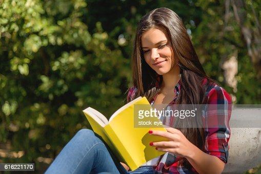 Student girl studying in the park : Bildbanksbilder