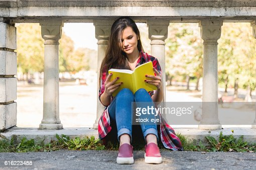 Student girl studying in the park : Foto stock