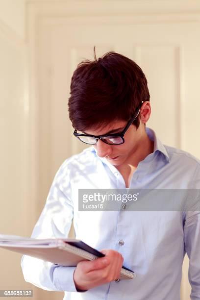 Student hält ein Buch