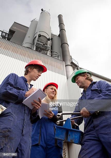 Étudiants apprendre réparer usine d'un entraîneur expérimenté.
