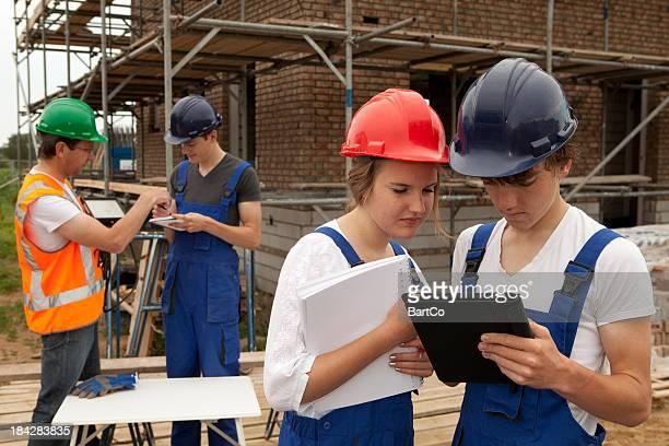 Estudiante que notas. Aprendizaje trabajador de la construcción.