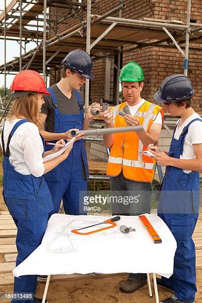 Estudiante que notas. Aprendizaje para instalador de tuberías.