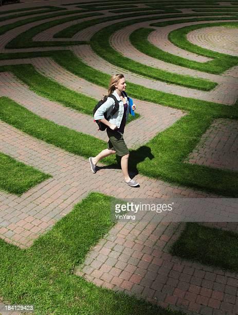 Student die Navigation durch das Puzzle Labyrinth von Bildung und Ausbildung