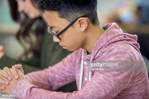 Praying étudiant à l'école