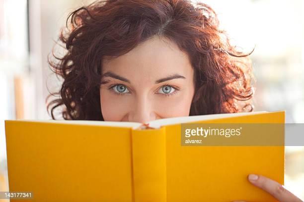Student Lesen in der Bibliothek