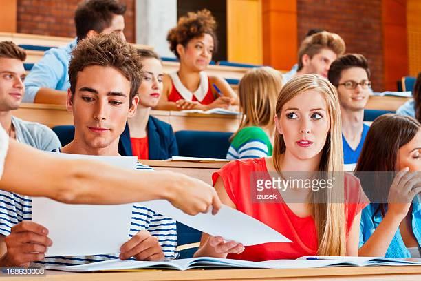 Étudiant recevoir les résultats de test