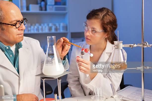 Student Wissenschaftler arbeiten mit Lehrer in Chemie Labor Horizontal