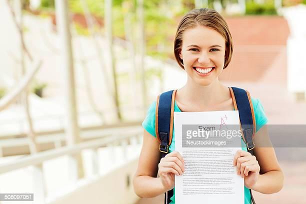 Studenten, die Untersuchung Papier mit einer Qualität auf dem Campus