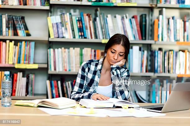 Studente studio nella Libreria