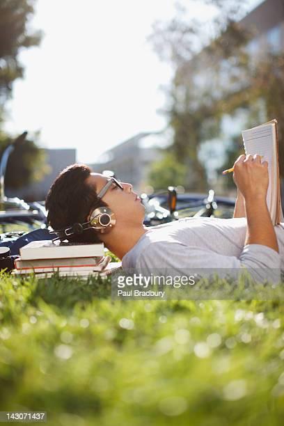 Studente studiare all'aperto