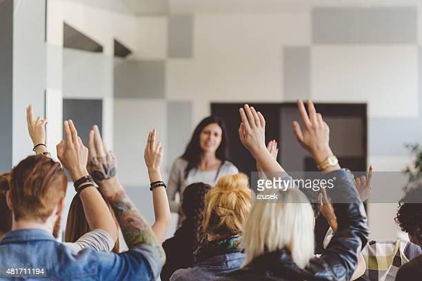 Student abstimmen, seminar, die Anhebung der Hände