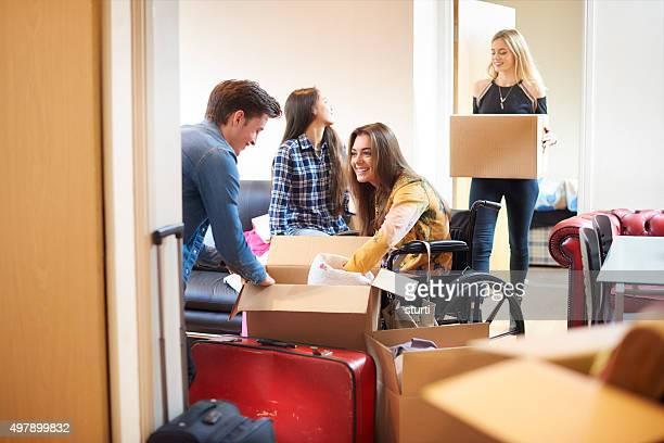 Étudiant avec des chambres accessibles et housemates déplacer dans les salles