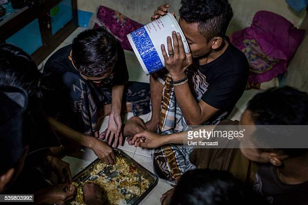 Students break their fast at the islamic boarding school Lirboyo during the holy month of Ramadan on June 9 2016 in Kediri East Java Indonesia The...