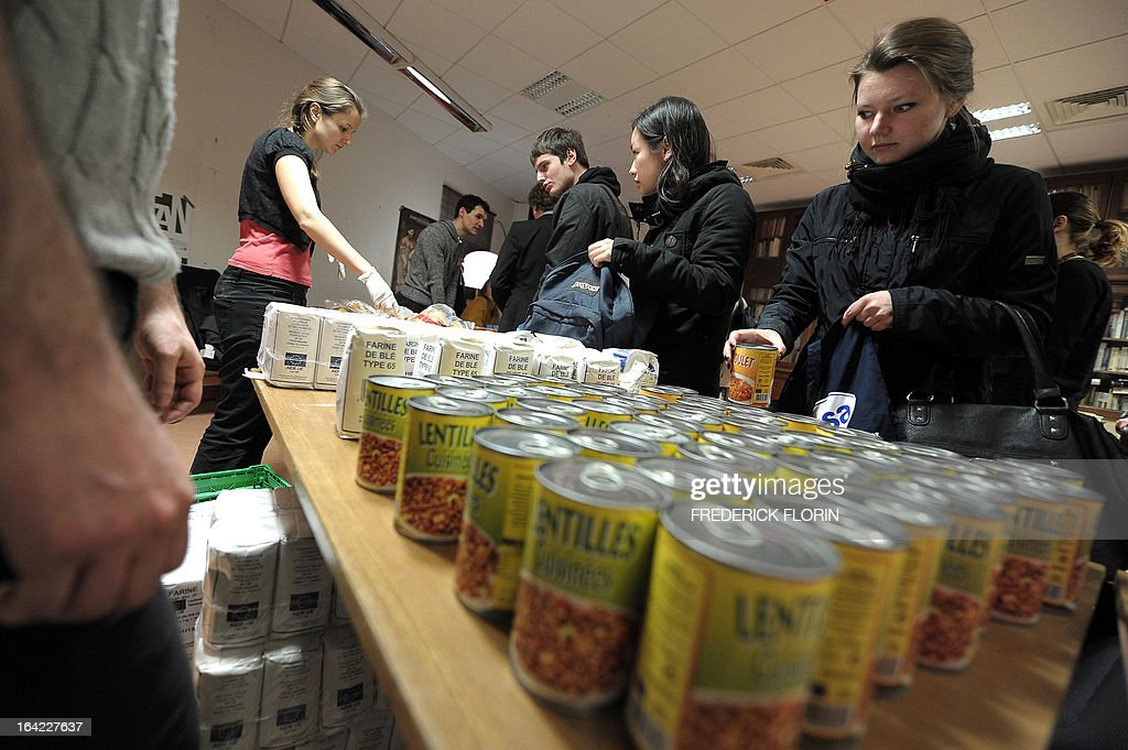 Students choose food to make a lunch bag for one euro on March 20, 2013 in Strasbourg, eastern France, at an association which helps students in need. AFP PHOTO/FREDERICK FLORIN