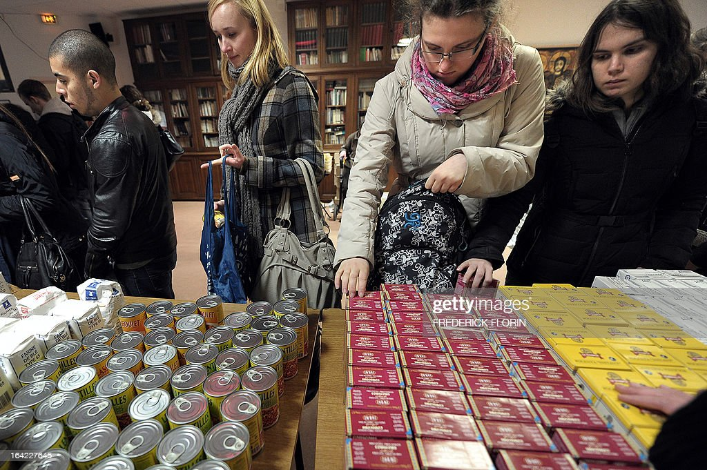 Students choose food to make a lunch bag for one euro on March 20, 2013 in Strasbourg, eastern France, at an association which helps students in need.