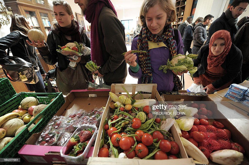 Students choose vegetables and fruit to make a lunch bag for one euro on March 20, 2013 in Strasbourg, eastern France, at an association which helps students in need.