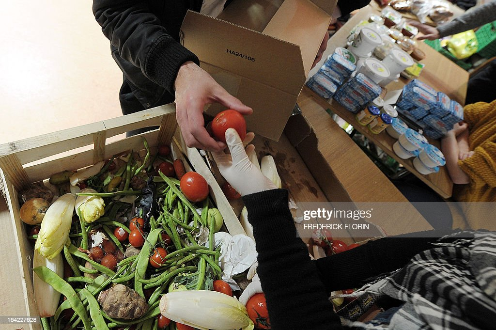 Students choose vegetables to make a lunch bag for one euro on March 20, 2013 in Strasbourg, eastern France, at an association which helps students in need. AFP PHOTO/FREDERICK FLORIN