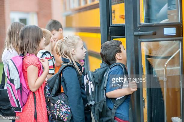 Studenten, die sich auf einen Schulbus