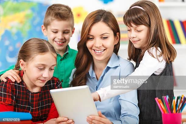 Studenten mit digitalen Tablet im Klassenzimmer mit Lehrer