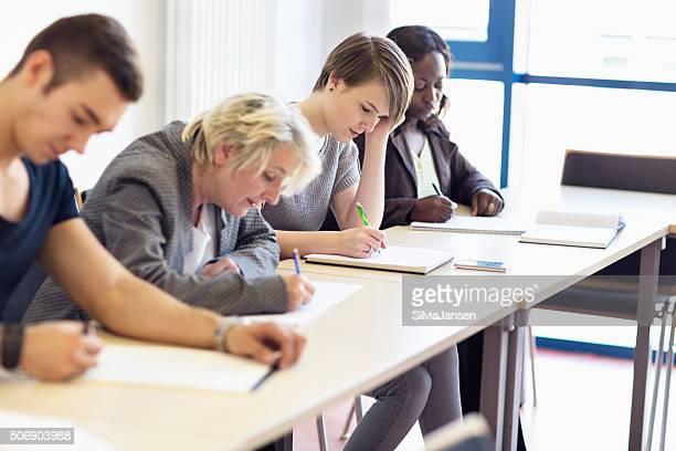 Studenten im Klassenzimmer Schreiben
