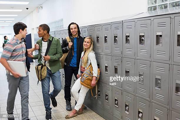 Alunos na escola hallway