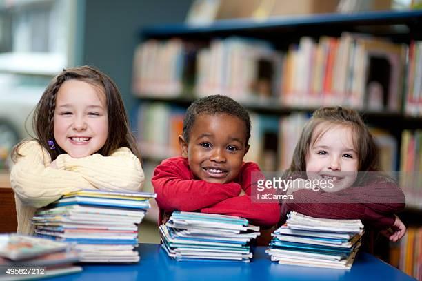 Alunos na biblioteca com seus livros
