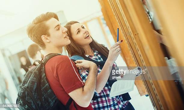 Studenten schaut an test-Ergebnisse.
