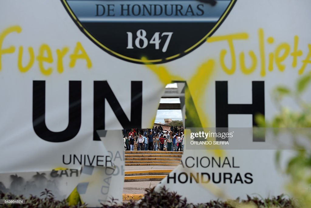 Students of the National Autonomous University of Honduras (UNAH) demonstrate at the premises of the university to mark one month of protests in demand of changes to the education system, in Tegucigalpa on June 30, 2016. / AFP / ORLANDO