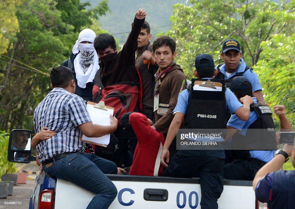 Students of the National Autonomous University of Honduras (UNAH), demanding of changes to the education system, are arreste by riot police after the evacuation of the University building at the end of 31 days of occupation, in Tegucigalpa on July 1, 2016. / AFP / ORLANDO