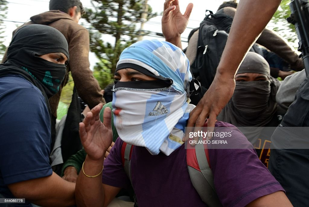Students of the National Autonomous University of Honduras (UNAH), demanding of changes to the education system, are arrested by the National Police after being evicted by the police from the University building, in Tegucigalpa on July 1, 2016. / AFP / ORLANDO