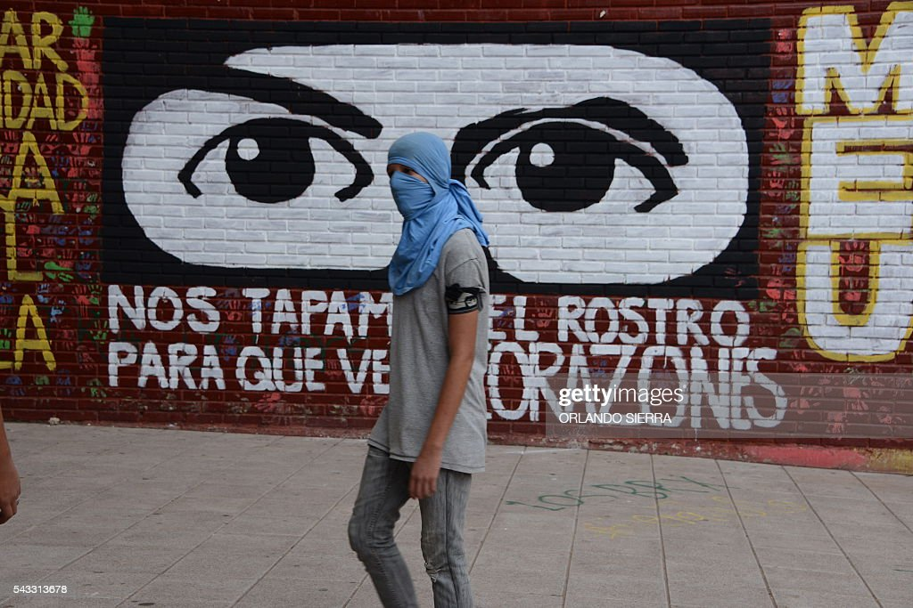 Students of the National Autonomous University of Honduras (UNAH) hold a protest to demand better quality education and reject the government's academic reforms, in Tegucigalpa on June 27, 2016. / AFP / ORLANDO