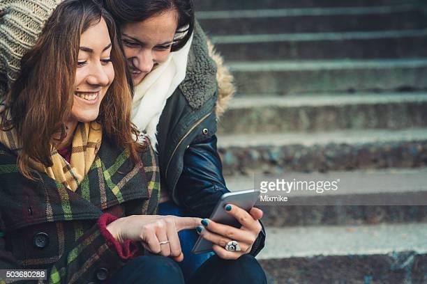 Étudiants jouant avec téléphone portable