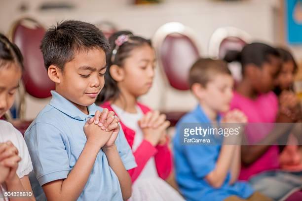 Étudiants prier à l'école