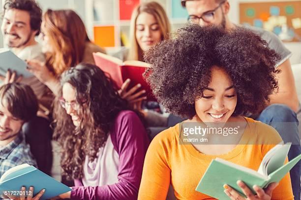 Studenti preparando per gli esami nella libreria città universitaria