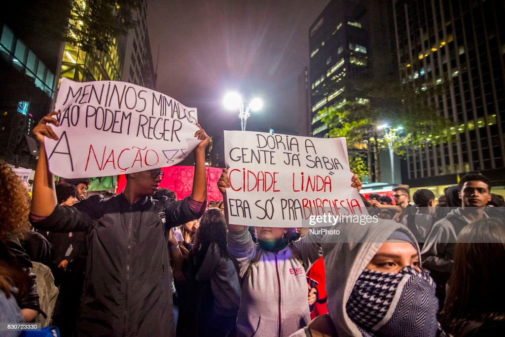 "Students protest against the restriction imposed by the City of São Paulo in the use of the Free Student Pass benefit The act was convened by the National Union of Students (UNE), União Paulista de Estudantes Secundaristas and União Estadual de Estudantes, on August 11, 2017. With banners and posters, they shouted slogans and sang songs composed with the motto of the act The Free Pass, he cut João Dória is a little playboy who calls himself a worker No, no, to privatization, I want to Free Pass for education ""were some of the chanted verses. Before the reduction, the student could make up to eight bus shipments during the 24 hours of the day. Now the student can make four trips for two hours and, at another time of the day, four more trips for two hours. The City of São Paulo informed that it will save R $ 70 million until the end of the year with the measure and that this money will be invested in education."
