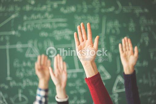 Étudiants ressuscités mains craie verte Conseil en salle de classe : Photo