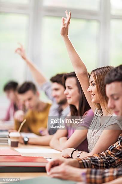 Étudiants placer les mains dans la salle de classe.