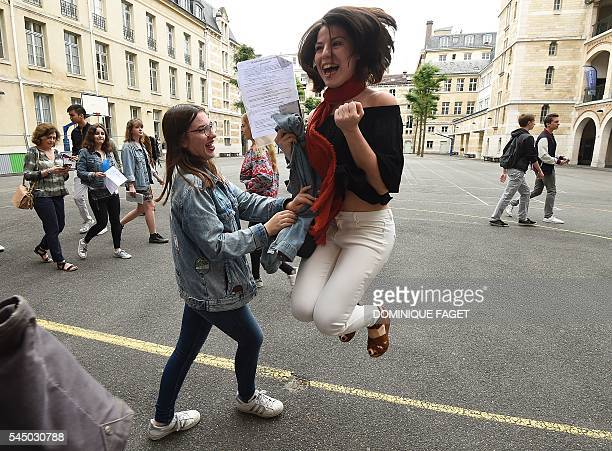 TOPSHOT Students react after viewing the results of the baccalaureat exam on July 5 2016 at the Louis Le Grand high school in Paris / AFP / DOMINIQUE...
