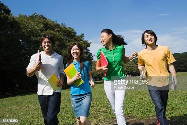 Étudiants à courir dans le parc