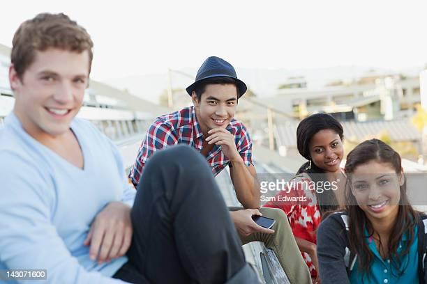 Studenti seduti insieme in tribuna