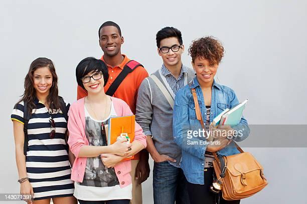 Étudiants souriant ensemble