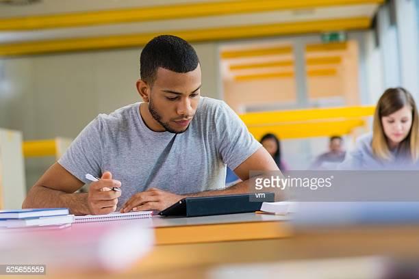 Étudiants à étudier dans la bibliothèque