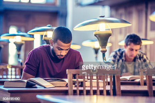 勉強する学生の公共図書館