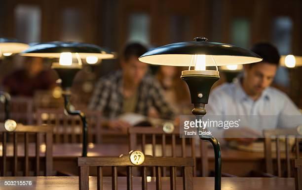 勉強する学生のライブラリー