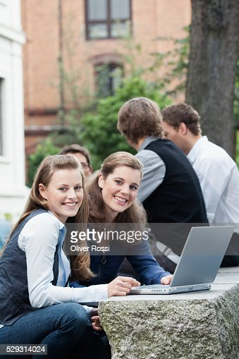 Students studying together outdoors : Stockfoto